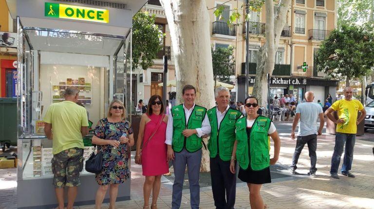 La ONCE estrena en la Plaza de la Bassa de Xativa su nuevo modelo de quiosco