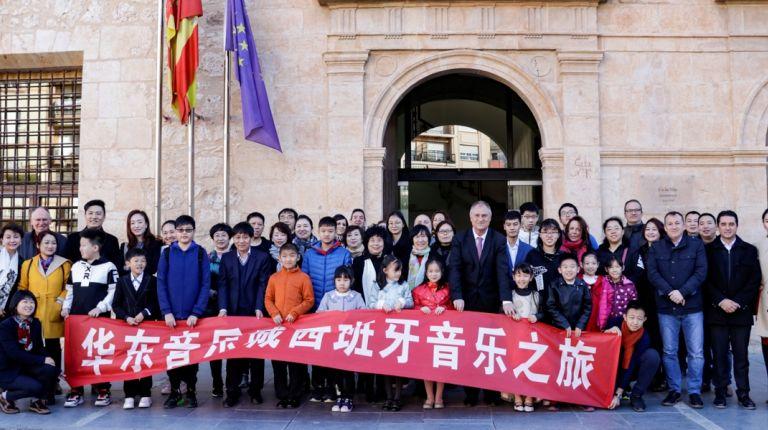 Llíria recibe a un grupo de músicos chinos que recibirán clases gracias a un intercambio musical