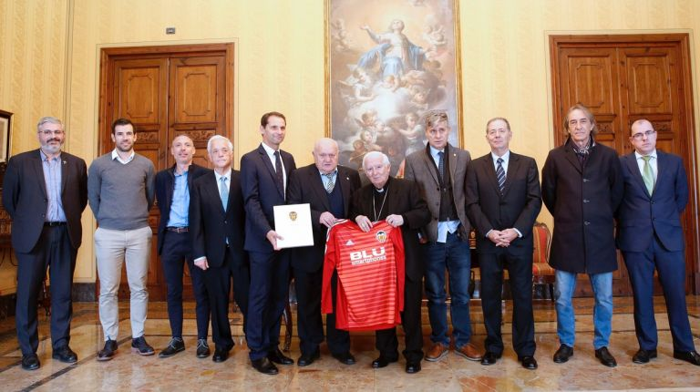 La Asociación de Futbolistas del Valencia C.F. entrega una camiseta personalizada al cardenal Cañizares