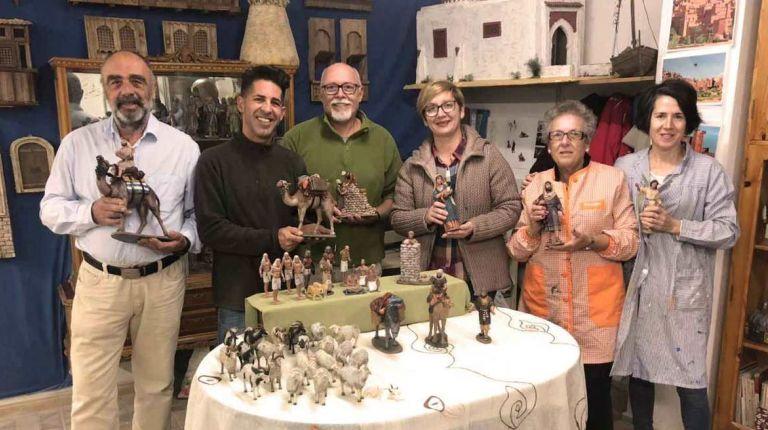 Santa Pola entrega nuevas figuras de Belén a la asociación de belenistas