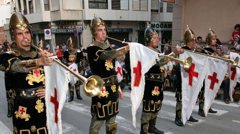 Moros y Cristianos a punto de empezar a desfilar en Crevillent