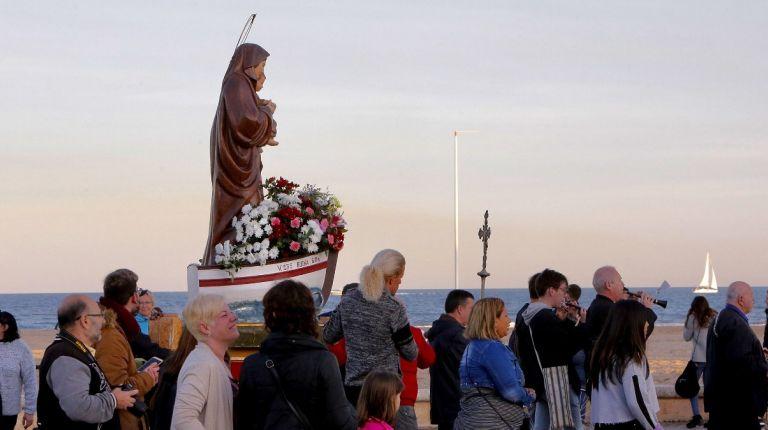 Los pescadores de los Poblados Marítimos de Valencia llevan en procesión a su patrona, la Virgen de la Buena Guía